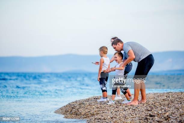 Jong gezin genieten van vakantie op zee