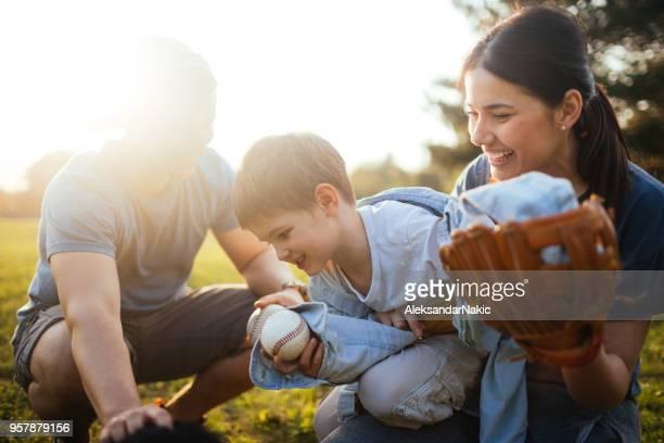 Junge Familie, die eine schöne sport Tag im freien