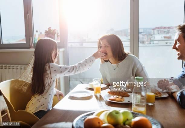junge Familie frühstücken zusammen