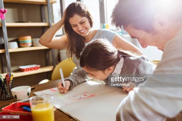 jeune famille s'amuser et réunissant