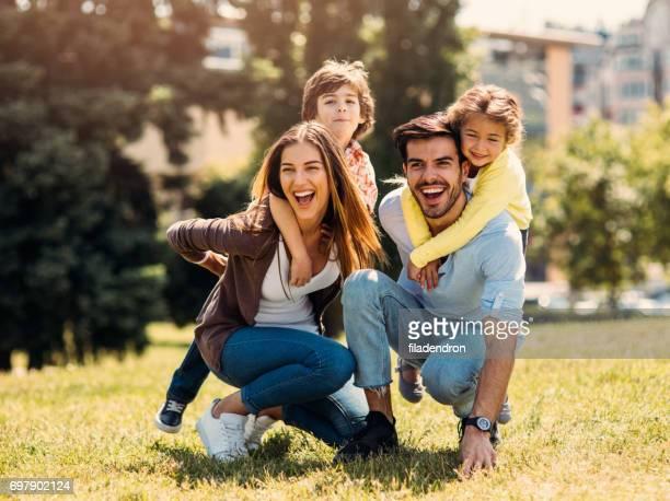 Jeune famille s'amuser