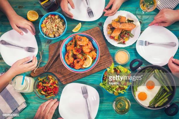 Jeune famille en train de déjeuner à la maison