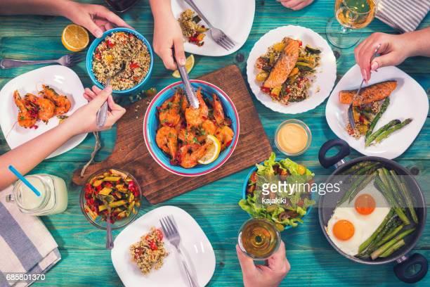 若い家族の家で昼食 - ウシエビ ストックフォトと画像