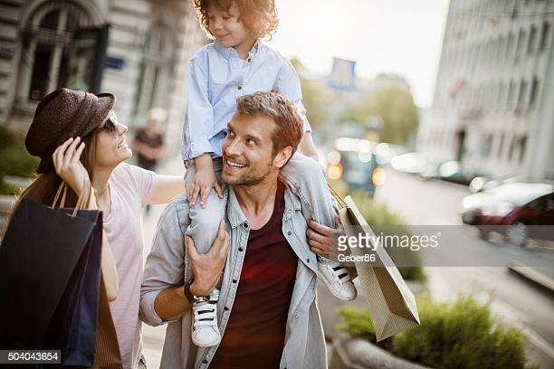 Junge Familie in shopping