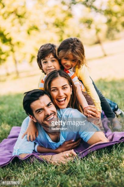 família jovem no parque - vertical - fotografias e filmes do acervo