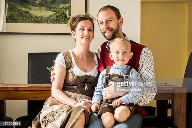 若い家族での伝統的なオーストリアの服 - レーダーホーゼン ストックフォトと画像