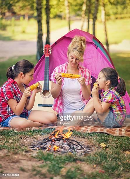 Jeune famille sur un terrain de Camping