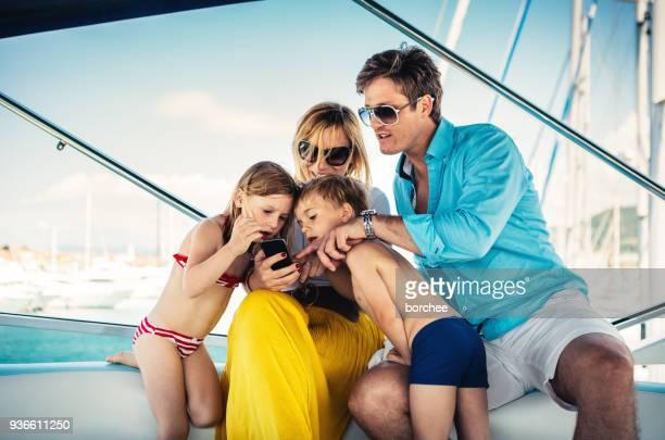 Junge Familie über das Segeln
