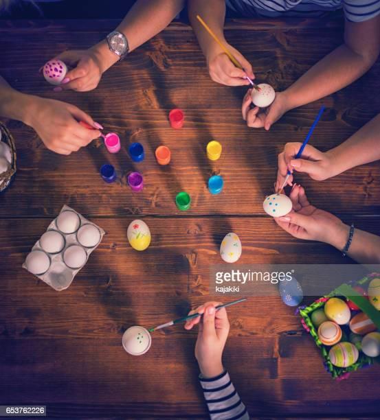 Junge Familie Ostern Ostereier