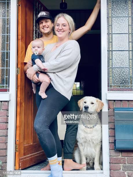 jonge familie - nederland stockfoto's en -beelden