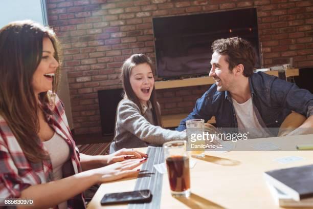 jong gezin speelkaarten en plezier