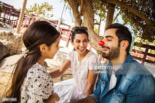 joven familia jugando con un rojo nariz de payaso - nariz de payaso fotografías e imágenes de stock