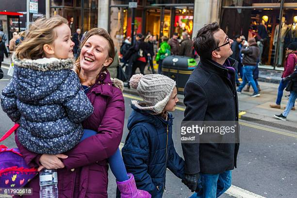 young family sightseeing and shopping at christmas markets - rua oxford - fotografias e filmes do acervo