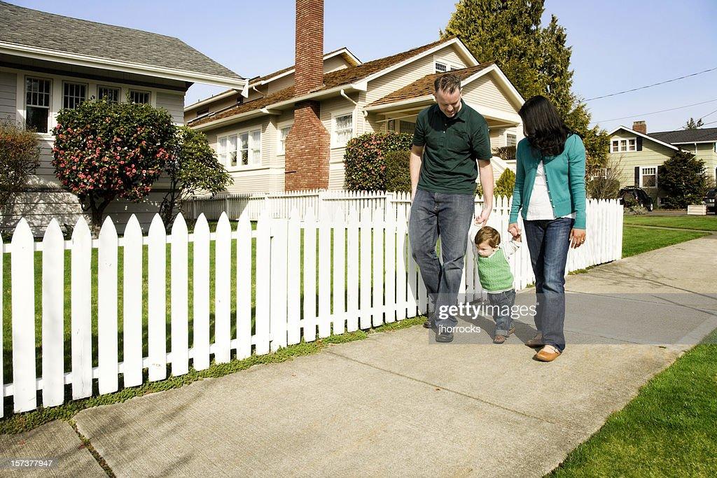 若い家族での散策 : ストックフォト