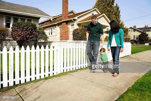 família jovem tendo um passeio - cercado com estacas - fotografias e filmes do acervo