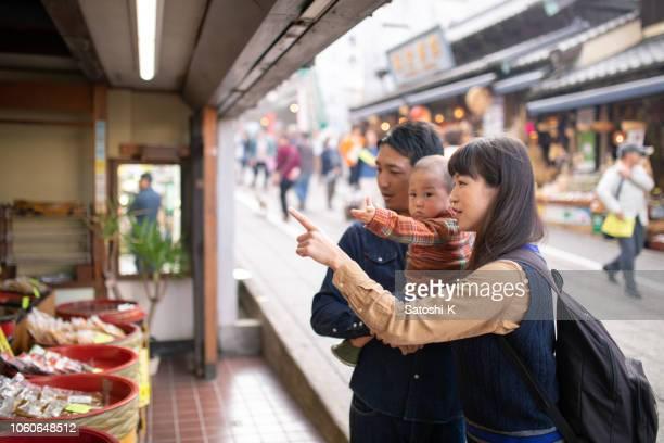 若い家族の伝統的な和食店を訪問 - ショッピングエリア ストックフォトと画像