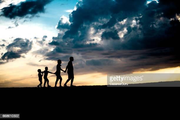 Junge Familie, die zusammen auf Staub gehen