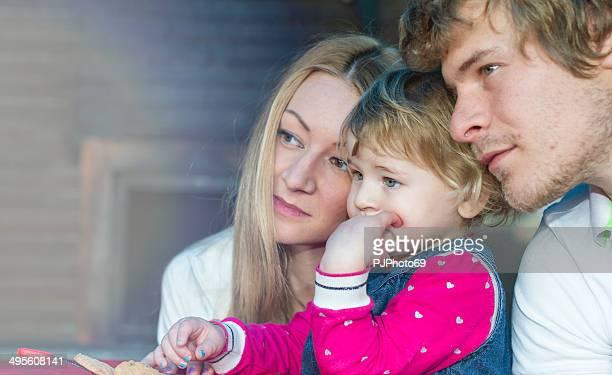 giovane famiglia guardando la tv - pjphoto69 foto e immagini stock
