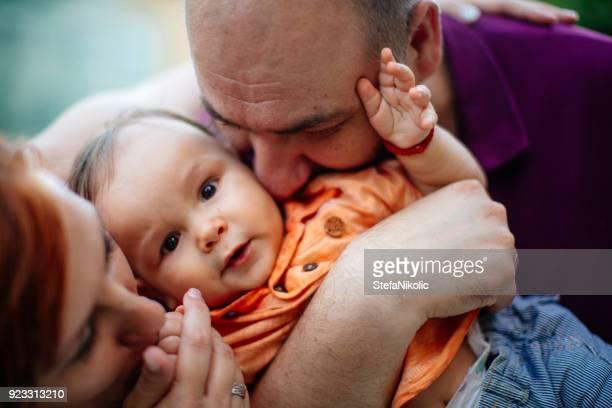 Jeune famille avec un enfant sur la nature