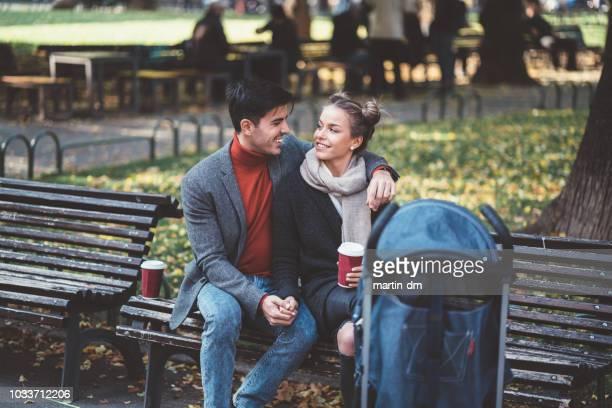 年輕的家庭與嬰孩在秋天公園 - mom flirting 個照片及圖片檔