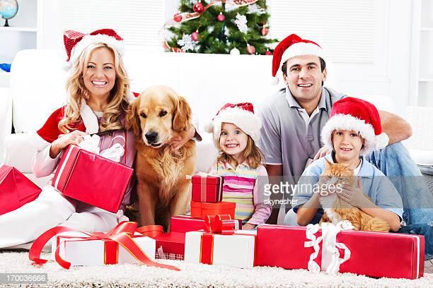 Jeune famille profiter de Noël avec les animaux