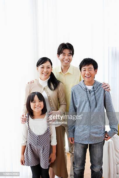 若い子供 2 人の家庭
