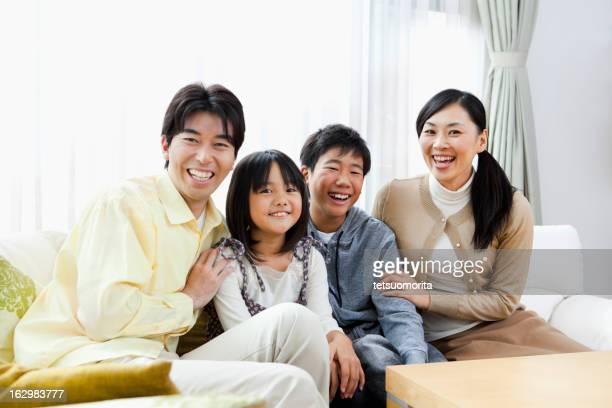 若い子供 2 人の家庭 - 4人 ストックフォトと画像