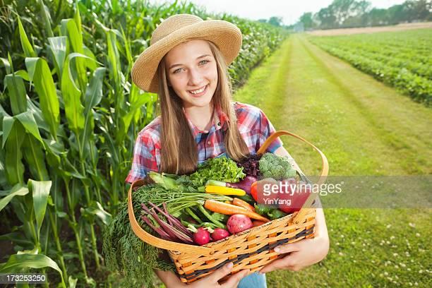 Junge Farm Mädchen mit frischem Obst und Gemüse-Gemüse in das Feld