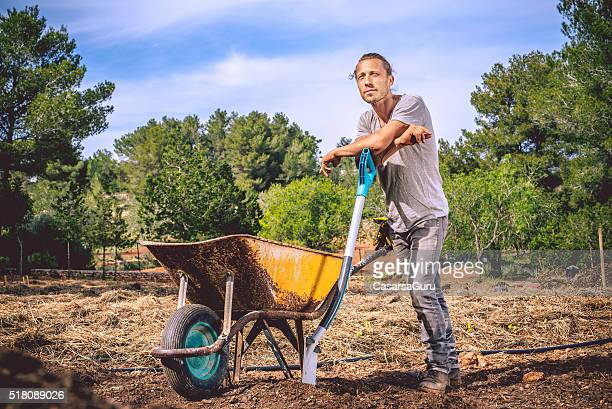 Jeune agriculteur se préparer pour l'Agriculture biologique