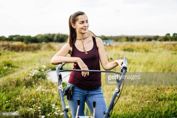 Jonge boer nemen een pauze van het bewerken van velden