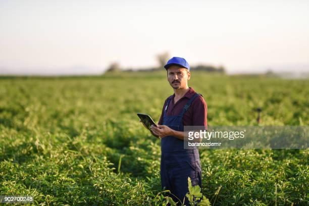 Jóvenes agricultores utilizando una tableta digital