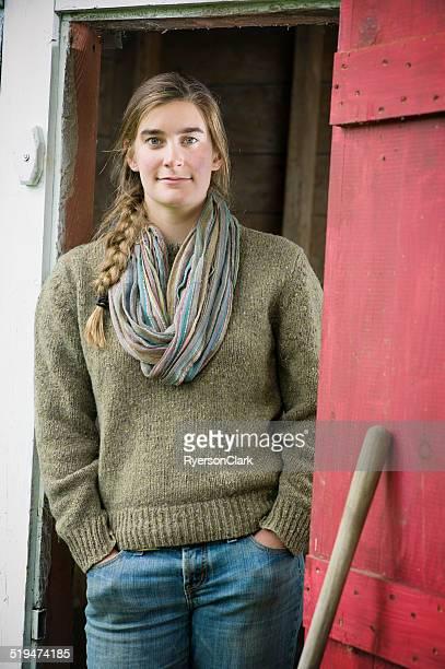 Junglandwirte Frau in einer Scheune.