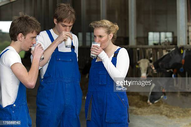 Les jeunes agriculteurs buvant du lait