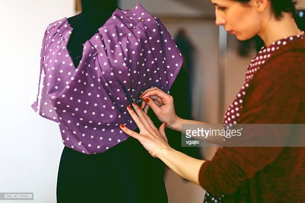 Jeune créateur de mode travaillant dans son atelier est