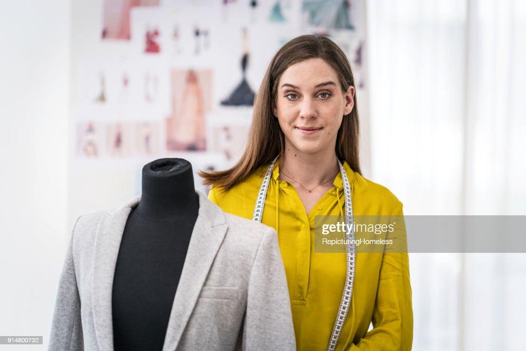 Mode-Designer steht hinter  Stoff an einer Ankleidepuppe : Stock-Foto