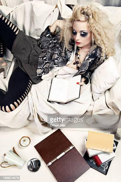 Junge Mode Mädchen Leg dich auf die Couch