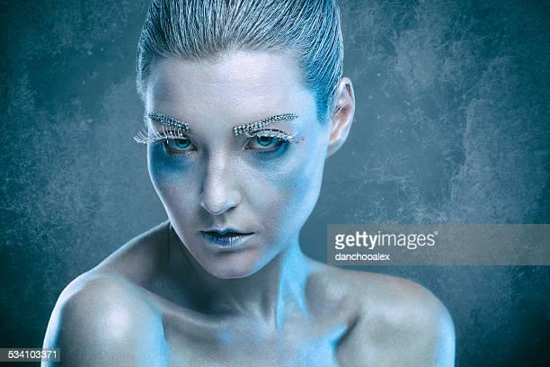 若いファッションのモデルを氷の女王