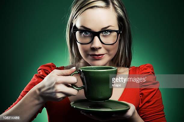 ファッショナブルな女性のお子様には、スパドリンクを飲みながら、グラス