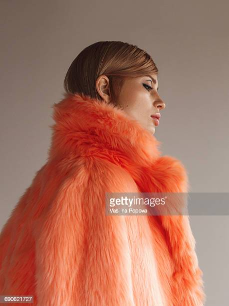 young fashionable woman in winter coat - secteur de la mode photos et images de collection