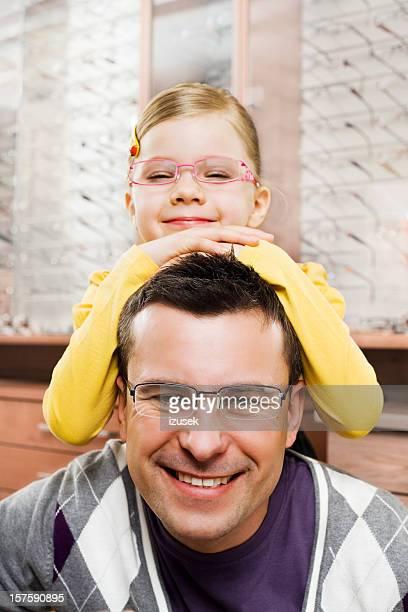 padre e hija joven posando con gafas de nuevo - izusek fotografías e imágenes de stock
