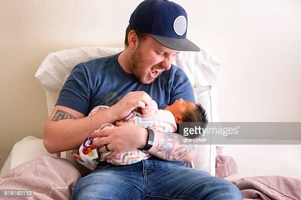 Joven padre y su hija recién nacido juntos