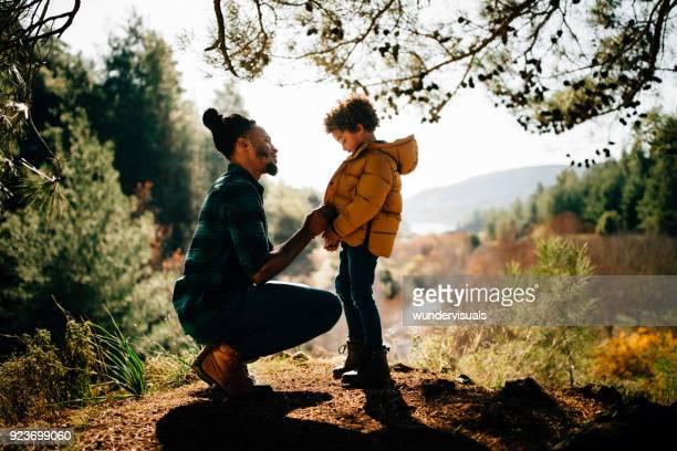 jonge vader en zoon tijd samen doorbrengen in het bos - jak jas stockfoto's en -beelden