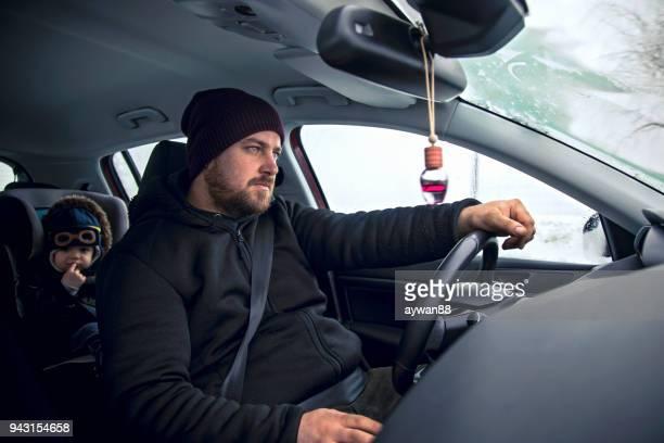 joven padre hijo de conducción en el coche - family inside car fotografías e imágenes de stock