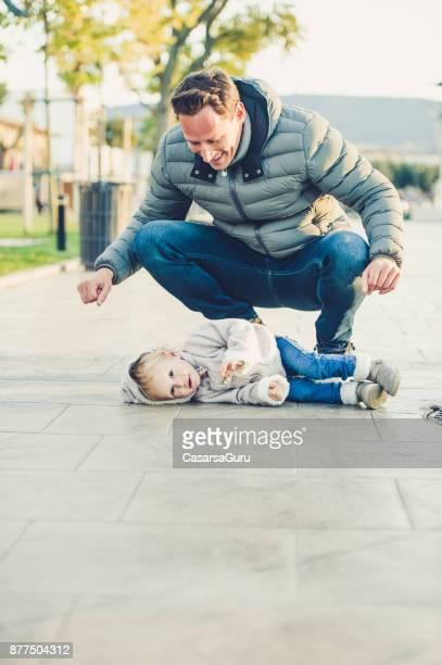 彼の子供と若い父楽しむ Toghetherness