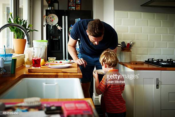 Joven padre de su hijo para el desayuno