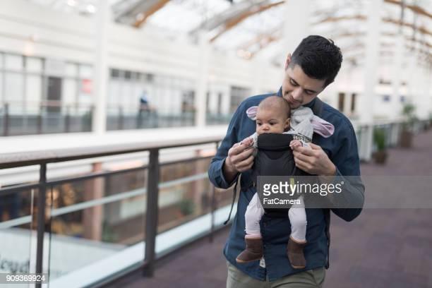 Junger Vater Einkaufen mit baby