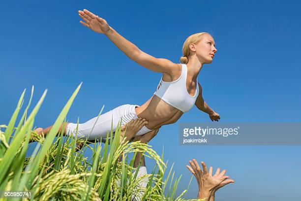 Jeune femme faisant yoga acrobat dans l'air