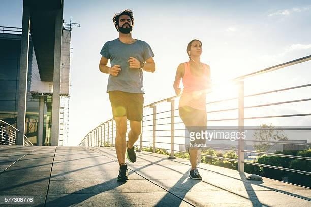 Junge weibliche und männliche laufen