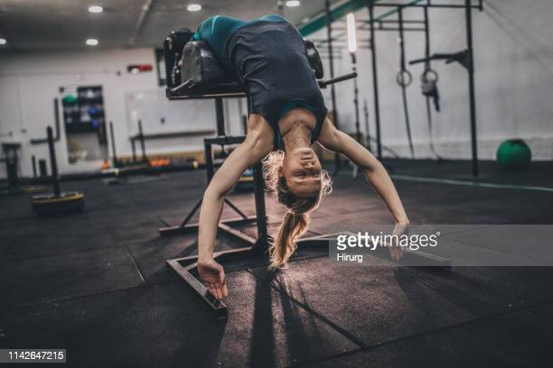 jeune athlète féminine à la salle de gym - blonde forte poitrine photos et images de collection