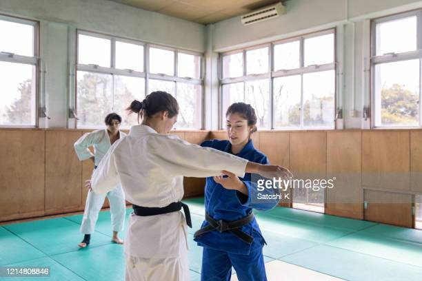 jeunes athlètes féminines jouant au judo à dojo - judo photos et images de collection